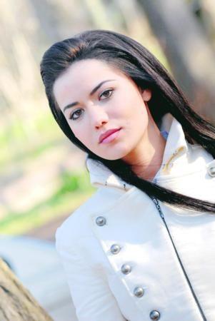"""Neden Fahriye Evcen?  Büyük ilgi ve merakla izlenen """"Yaprak Dökümü"""" dizisindeki 'Necla' karakteriyle adından başarı ve övgüyle söz ettirdiği,  Biray Dalkıran'ın yönettiği; Mehmet Birkiye, Engin Altan Düzyatan ve Zeynep Pabuçcuoğlu gibi isimlerle ilk sinema projesi olan 'Cennet'teki başarılı rolüyle ön plana çıktığı,   Oyunculuğunun yanı sıra güzelliğiyle de dikkat çektiği için..."""